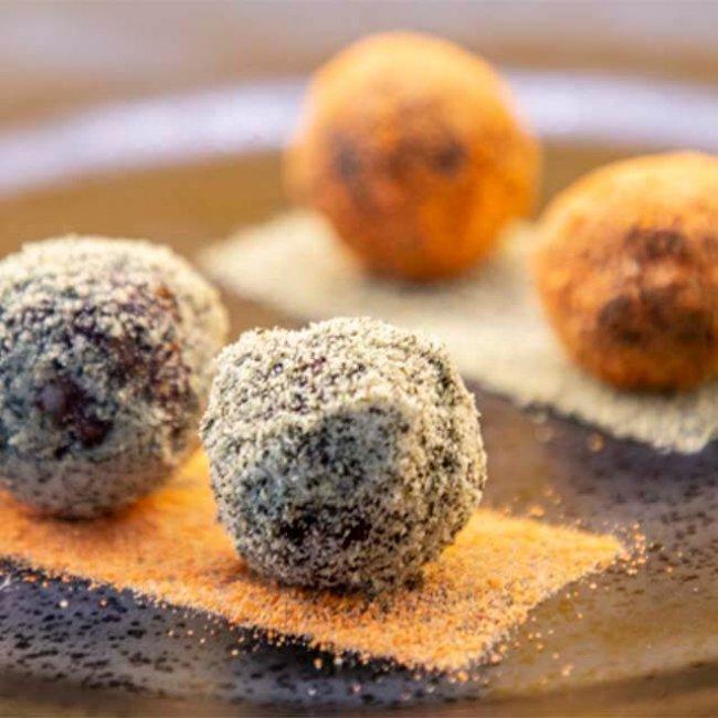 Paradajkovo-tekvicové RAW guľky s mrkvovým prachom